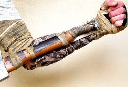 Muž si vytvára Sekirove zbrane v reálnej verzii